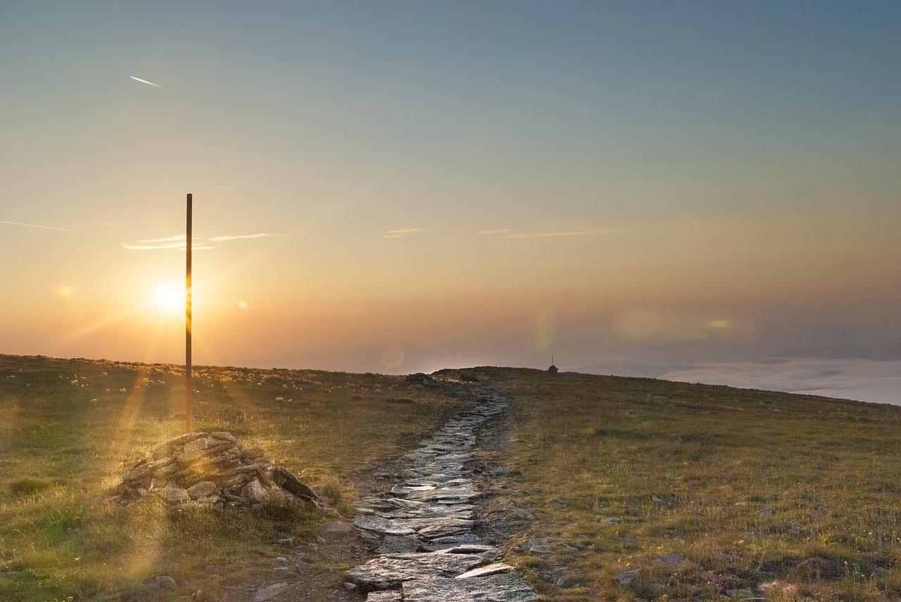 Czerwony szlak na Babią Górę tuż po wschodzie słońca